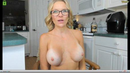 Зрелая веб модель whaaaaaaaat сидит на кухне показывая большие сиськи в порно чате