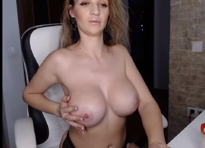 huge boobs smileyouarehere