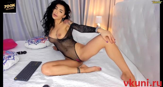 Сексуальная брюнетка indiansweety позирует в порно чате
