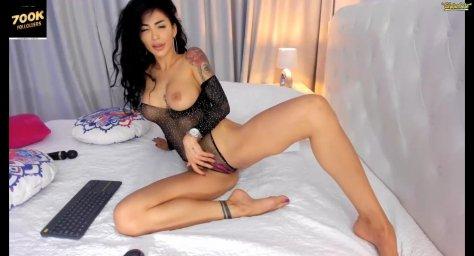 Сексуальная брюнетка indiansweety с большими сиськами позирует в порно чате в эротическом белье