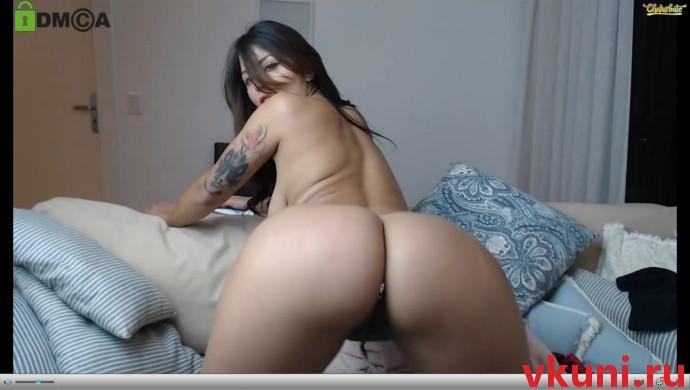 Сексуальная брюнетка jhulysex с пышной попкой в порно чате
