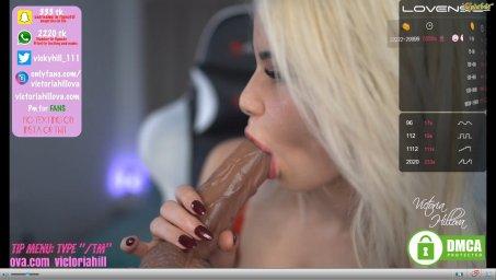 Модель блондинка wetdream111 сосет дилдо в секс чате
