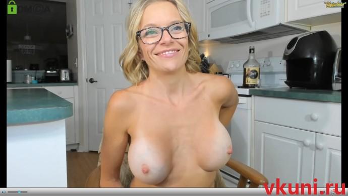 сисястая блондинка whaaaaaaaat в порно чате сидит на кухне